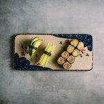 123.Børne menu 10 stk 60,00 kr. Nigiri: 1 avokado, 1 agurk, Maki: 8 hosomaki (vælg mellem avokado, agurk, mango eller rejer).
