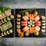 124.Familie pakke 64stk 445,00 kr. Nigiri: 4 laks, 4 tun, 4 hamachi, 4 rejer, 4 tofu Maki: 16 uramaki, 20 futomaki og 8 hosomaki (udvalg af køkkenet).