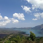 キンタマーニ山とバトゥール湖。