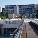 widok z kładki na hotel z budynkiem 9-cio piętrowym