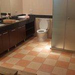 雙洗手台,浴室空間大