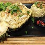 Pospolity smażony ryż w zupełnie nowej odsłonie: z kurczakiem, krewetkami, jajkiem, ananasem i k