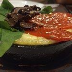 Provoleta con tomates, rucula y aceitunas negras...