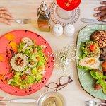 Llego la hora de compartir  sabroso en @zaituncartagena  Nuestras puertas se abren as a partir de las 12:00M Música en vivo desde las 7:00pm  Reservas: Llama a 3184939128 o escríbenos reservas@zaituncartagena.com  . . . . . . . .  #sabor #alegría #cartagena #colombia #restaurant #thebestrestaurant #zaituncartagena #lomejordecartagena #thebestrestaurant #musicaenvivo #comidadelcaribecolombiano #centrohistórico #cartagenafoodie #cartagenalafantastica #mixology #cenaenfamilia #quehacerenc