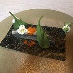 ALICE TEMAKI Alice marinata nell'aceto di riso e yuzu, ricotta di bufala al wasabi fresco, spinacino novello, polvere di kombu e tobikko