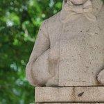 j'ai le sentiment que la sculpture n'est pas assez bien taillée à moins que ce buste soit abimé par le temps. Je pense qu'il mériterait une rénovation