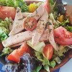 Salad with tuna, tomatoes and basil - also delicious