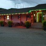 Front-Ansicht Restaurant bei Abend-Dämmerung mit grossen Parkplatz