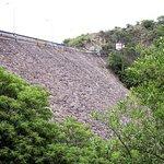 El paredon de la represa, tan sólida como siempre
