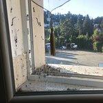 Špinavé okno na stejném pokoji.
