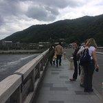 嵐山渡月橋の上で 外人も多い!