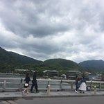 嵐山渡月橋から山を見る