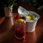 Da MondoFood l'aperitivo è concepito e servito con la stessa considerazione del pranzo e della cena: prodotti di prima qualità accompagneranno i vostri cocktail, anch'essi preparati a regola d'arte, come d'altronde la nostra partnership con Martini garantisce.