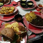 Hamburger, nachos, fagioli messicani e pannocchie