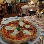 Hervorragende Salami-Pizza mit Büffelmozzarella & Frutti di Mare