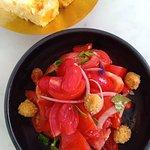 Salade de tomates et olives vertes pannees. Croquettes de poisson. Ambiance de la salle