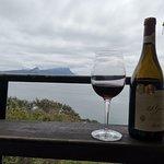 ödüllü şarabımız ve hint okyanusuna bakan bir manzara