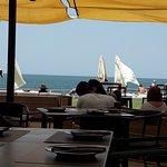 Las vistas. Esto me encantó....desde el restaurante tienes vía libre para comer viendo el mar