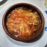 Pastichio, una pasta con forma de arroz horneada con tomate y dados de carne