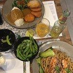Udon di salmone e verdure, edamame, riso e melanzane fritte con salsa al curry