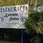 Tablica stoi przy wjeżdzie na parking Karczmy, przy drodze na trasie Karpacz- Jelenia Góra.