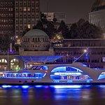 MS FANTASIA an den Ladungsbrücken bei Nacht