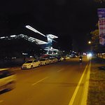 Przed hotelem - ulica prowadzaca na lotnisko