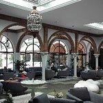Salon et espace accueil calme frais  Wifi gratuit dans tout  l hotel  Très bonne réception dans la chambre