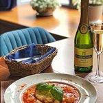 🔹Рекомендуем на этих выходных попробовать наше блюдо: кальмары в пряном кисло-сладком соусе с шафрановым рисом и бокал французского игристого вина 🥂  ⠀  🔹Это очень вкусно!  Пробуйте и делитесь впечатлениями 💙  __________________  📍ул. Гоголя д. 7  ☎️ 8(8112)20-15-25