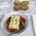 Заботливо положили побольше сыра в салат и принесли пару в качестве комплимента травы и сыр 🥰