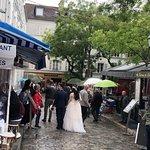 مكان جميل يستحق الزيارة يطل على مدينة باريس والحي الذي يقع خلف الكنيسة أكثر من روعة..أنصح بزيارته خلال شهري ٦-٧ ميلادي مع بداية الصيف وزخات المطر أجواء خيالية👍🏻