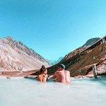 Já conhece as Termas Valle de Colina?  Localizada no coração da Cordilheira dos Andes, essas piscinas termais são de águas naturais provenientes do vulcão San José, e a temperatura da água varia de 25 a 55°. Quando vai conhecê-las?