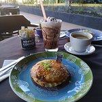 Tortinha de frango, espresso e frapê
