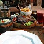 Carne T-Bone, batata rústica, arroz com brócolis, farofa, molho de ervas e suco de frutas vermel