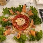 Вкусный и нежнейший копченый лосось, с очень вкусным соусом, рекомендую!!!