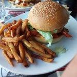 burger végétarien avec galette de pomme de terre, salade, tomate, poelee de cahmpignons avec oig