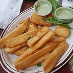 Yuquitas fritas con salsa