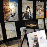「アトム堂本舗」3Fの展示スペース。手塚治虫漫画の世界観で構成されている。複製原画の展示は見ごたえあり。愛用品や漫画アニメに関係するパネルも設置されている。プロジェクターで映像投影もあり。