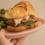 Croissant de jamón de pechuga de pavo ahumada con crema mascarpone de espinacas y ensalada verde