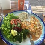 Vegetarian stroganoff with tofu, broccoli and a fresh salad + Juice with carrots and apples.