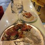 Ésta es una pizza ammazza acompañada de una tónica Elderflower