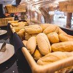 Muchos tipos de panes en tu desayuno Buffet!