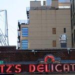 صورة فوتوغرافية لـ Katz's Deli