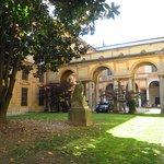 il cortile e il giardino del palazzo visti dall'ingresso del museo di storia naturale