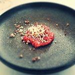 Tataráček s pufovanou quinoou a čerstvým křenem