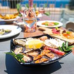 Dopo la spiaggia, vieni a goderti il relax di un aperitivo vista mare con le prelibatezze crude e cotte di Frà
