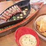 Tataki de atún y patatas bravas