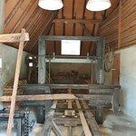 Houtzagerij waar de boomstammen middels rails naar binnen worden geschoven om te zagen.
