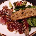 Tataki de atún blanco salvaje procedente de Asturias con salsa Ponzu.