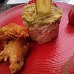 Ensaladilla rusa con guacamole y gambón tempurizado